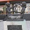 Скульптурна композиція «Колиска миру» (1992) на вул. Червоноармійській, 5