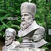 Скульптури-погруддя ієрархів і мучеників УГКЦ у подвір'ї церкви св. Апостолів Петра і Павла
